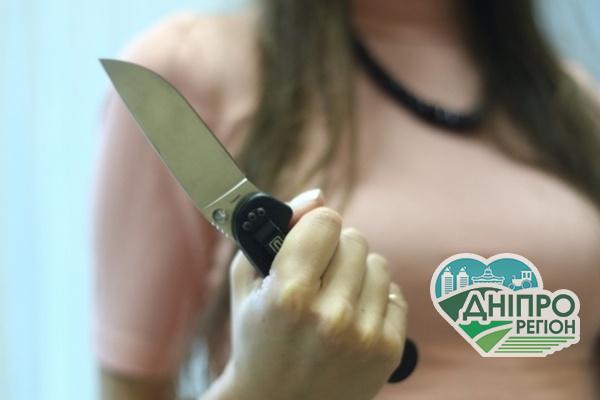 У Дніпрі жінка ножем проткнула собі живіт на очах у родичів: подробиці