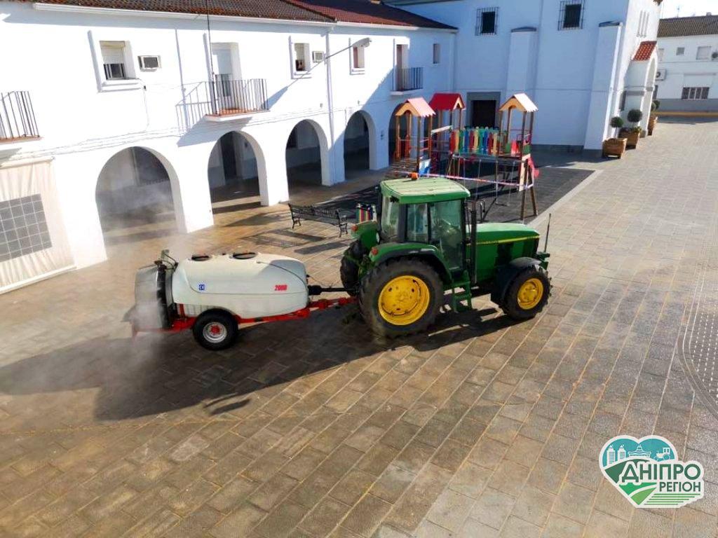 В Європі дезінфікують вулиці від COVID-19 за допомогою сільгосптехніки
