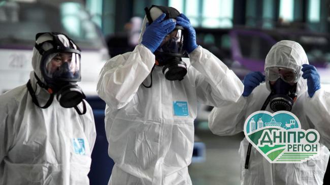 У Дніпрі комунальники в захисних костюмах зайнялися дезінфекцією під'їздів. Фото