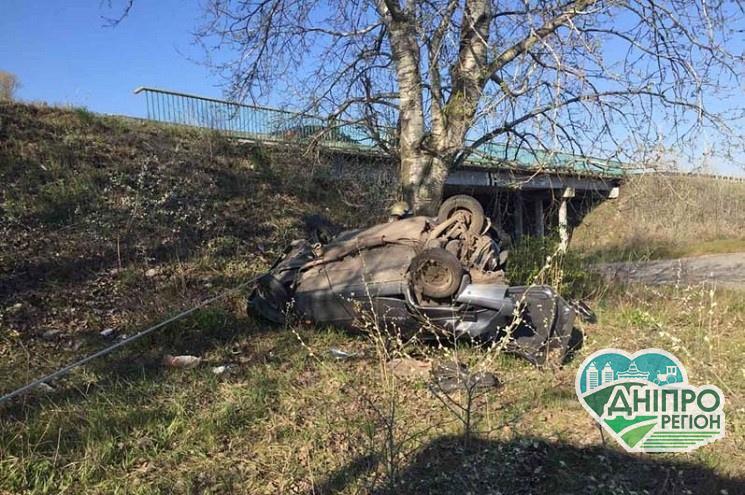 Смертельна ДТП на Дніпропетровщині: Біля мосту автівка після зіткнення вилетіла в кювет