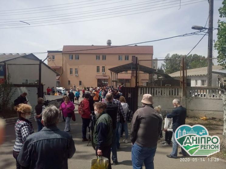 У Дніпрі люди вимушені стояти у довжелезних чергах за перепустками на проїзд у маршрутках