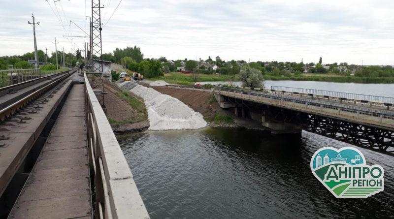 На Дніпропетровщині зводять понтонний міст (Фото)