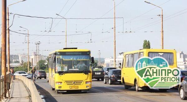 Повно людей і без пропусків: як в Дніпрі йдуть справи з громадським транспортом