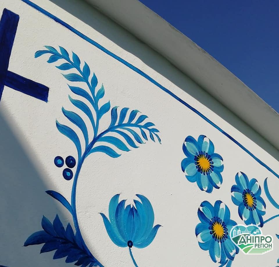 Петриківські квіти з Дніпропетровщини прикрасять храм у Маріуполі (Фото, відео)