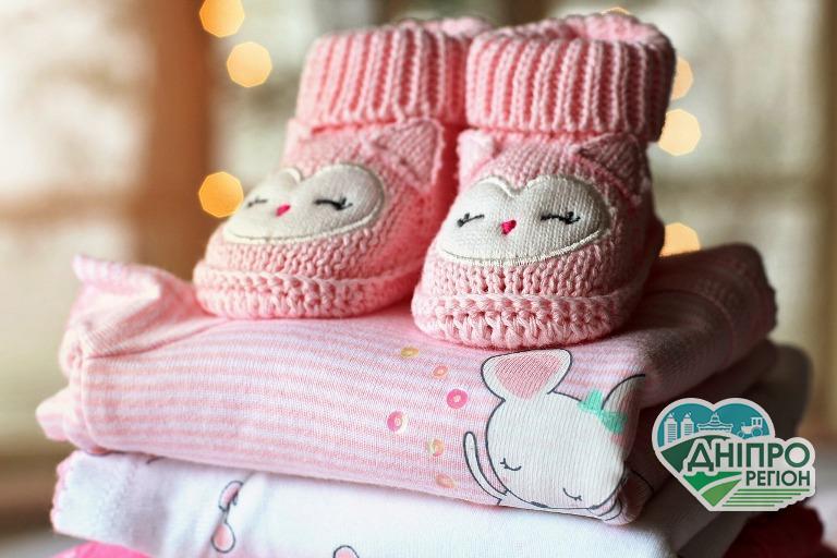 Батьки новонароджених більше не отримуватимуть «Пакунок малюка»