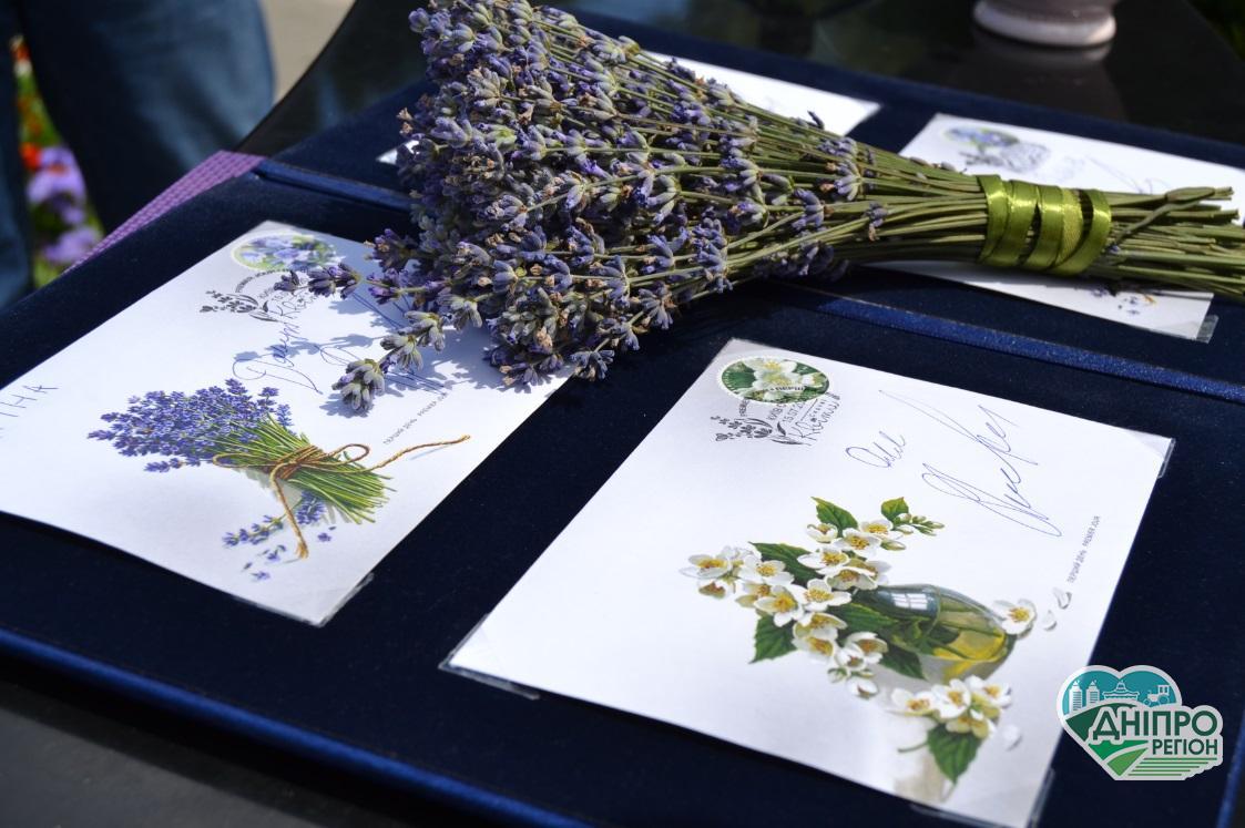 Поштовий оператор увів в обіг ароматизовані марки «Садовий жасмин» та «Лаванда»