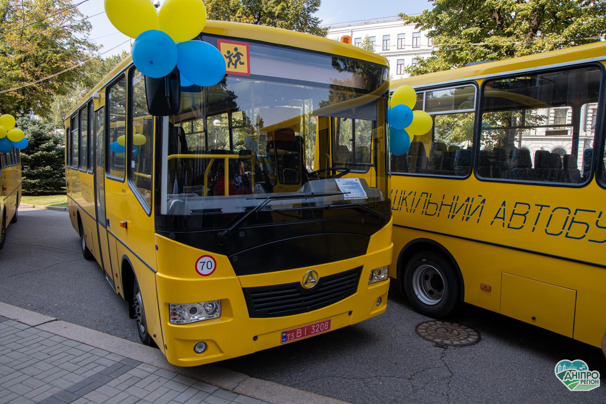 Перші 10 нових автобусів передали школам Дніпропетровщини