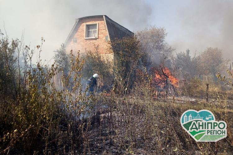 Під Дніпром займання сухостою призвело до знищення двох споруд