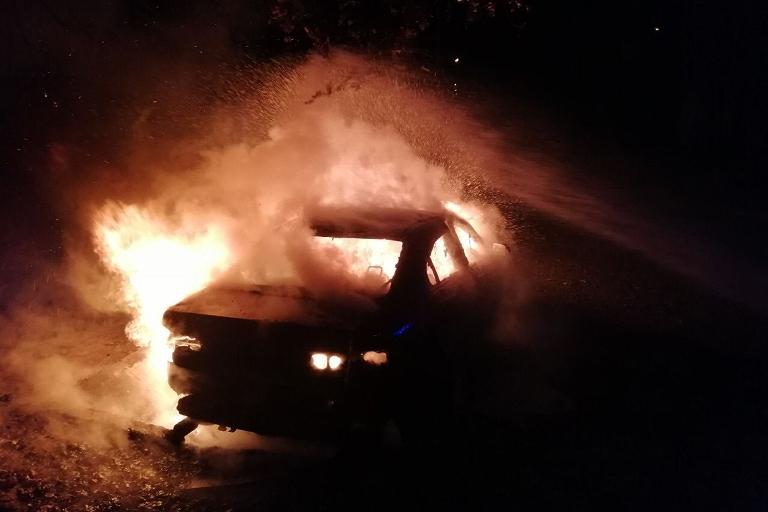На Дніпропетровщині у місті Нікополь горіли автівки (фото)
