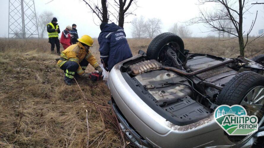 У Криничанському районі рятувальники вилучили тіло водія з понівеченої автівки (ВІДЕО)