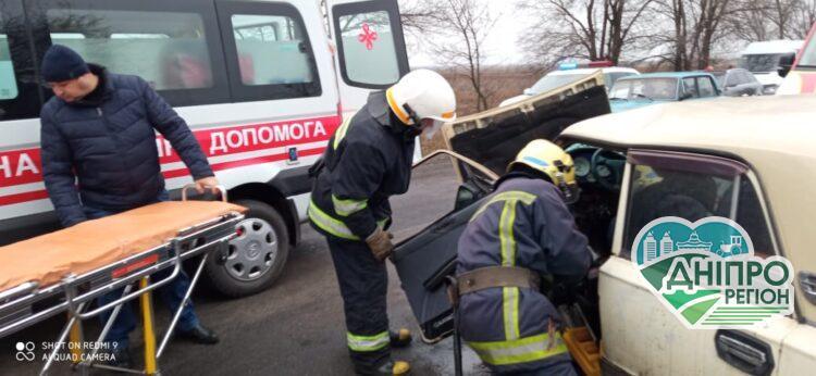 У Павлоградському районі Дніпропетровщині рятувальники деблокували водія з понівеченої автівки