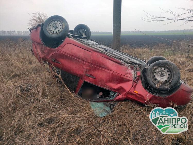 В Палоградському районі, що на Дніпропетровщині сталося смертельне ДТП: тіло загиблого водія з понівеченого авто витягли рятувальники
