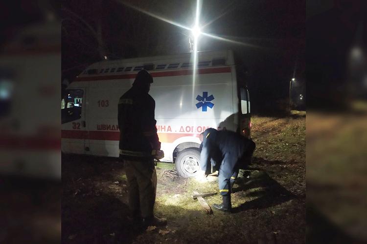 Новини Дніпропетровщини. На Дніпропетровщині рятувальники витягли з вибоїни автомобіль швидкої допомоги