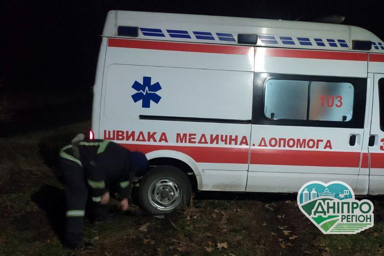На Дніпропетровщині рятувальники витягли з вибоїни автомобіль швидкої допомоги (фото)