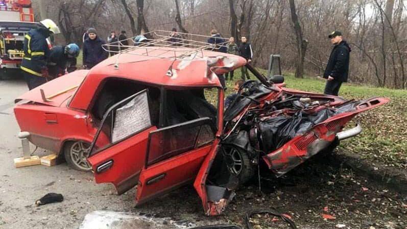 Новини Дніпропетровщини. У Кривому Розі сталася жахлива ДТП: жінку викинуло через лобове скло, а 2 чоловіків затисло в автомобілі