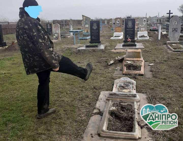 На Дніпропетровщині вандал зруйнував пам'ятники на кладовищі