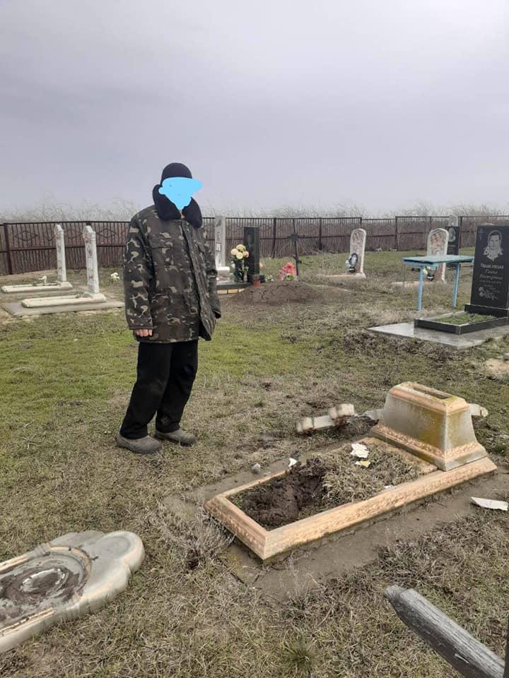 У селі Писанці на Дніпропетровщині вандал зруйнував пам'ятники на кладовищі. Новини Дніпропетровщини.