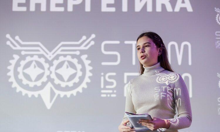Школярка з міста Дніпра створила концепт робота-людини зі штучним інтелектом