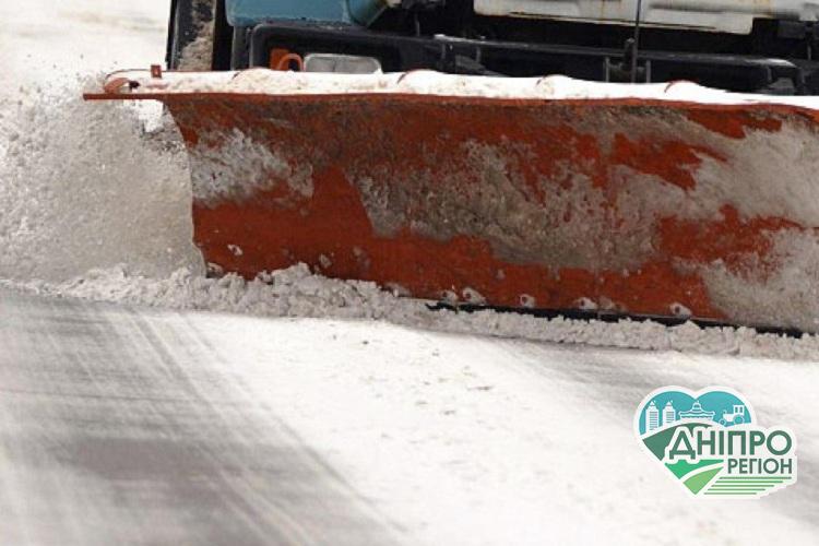На Дніпропетровщині понад 100 машин розчищають дороги від снігу