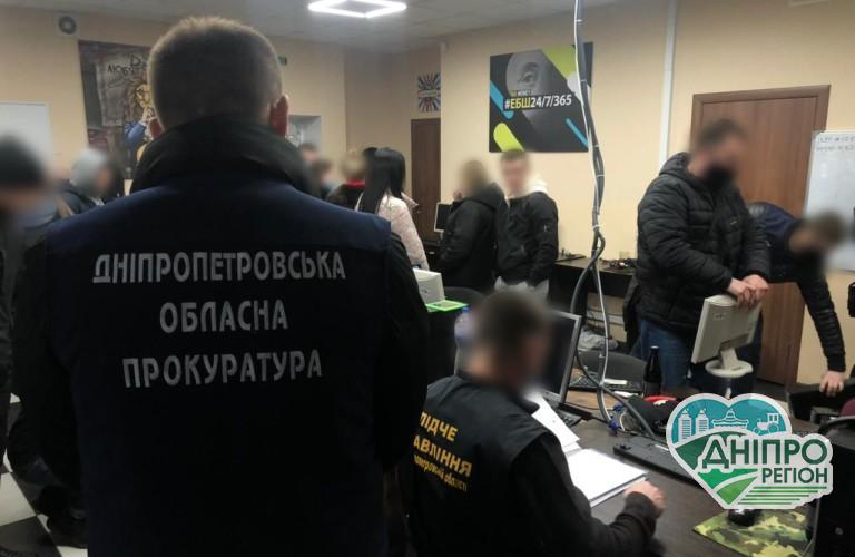 На Дніпропетровщині викрили шахраїв, що крали гроші з банківських карток