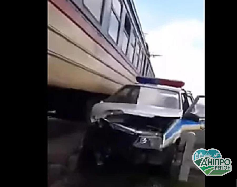 """Електричка """"Дніпро – Кривий Ріг"""" на швидкості влетіла в авто поліції (Відео)"""
