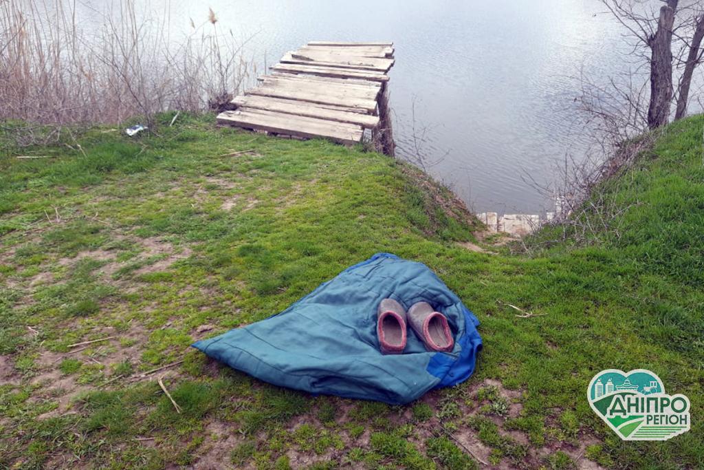 Під Дніпром труп пенсіонерки витягли з води, її речі лежали на березі (ФОТО)