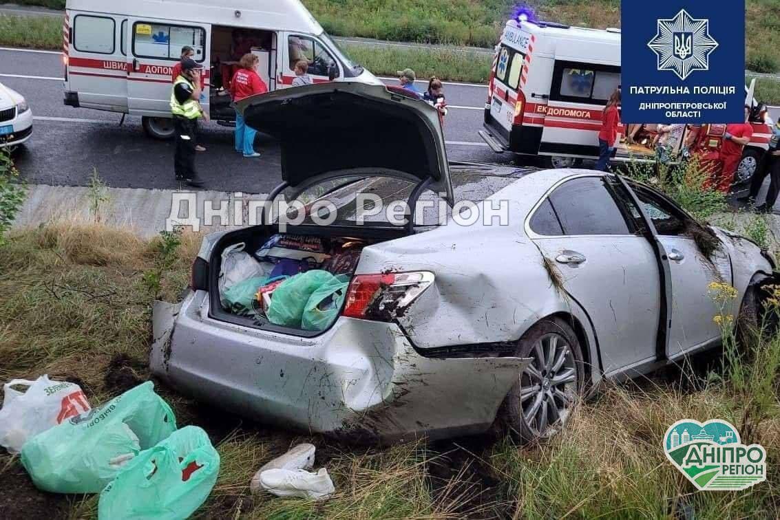 Женщина заснула за рулем: под Днепром 6 человек попали в ДТП, пассажиры попали в больницу
