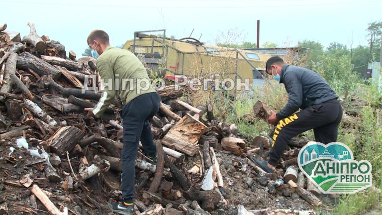У Дніпрі безкоштовно роздають дрова (Відео)
