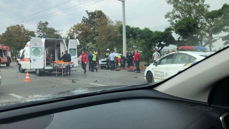 Тройное ДТП на Набережной Заводской: женщину вырезают из авто спасатели (Видео)