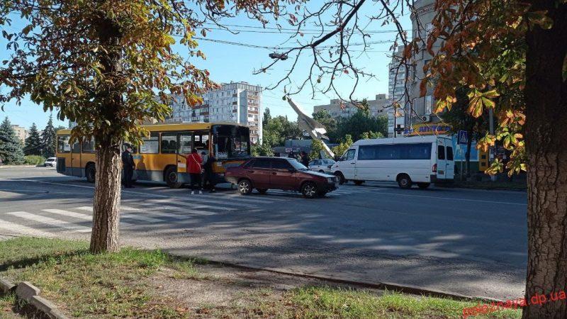 ДТП на пішохідному переході: рейсовий автобус із людьми врізався в легкове авто