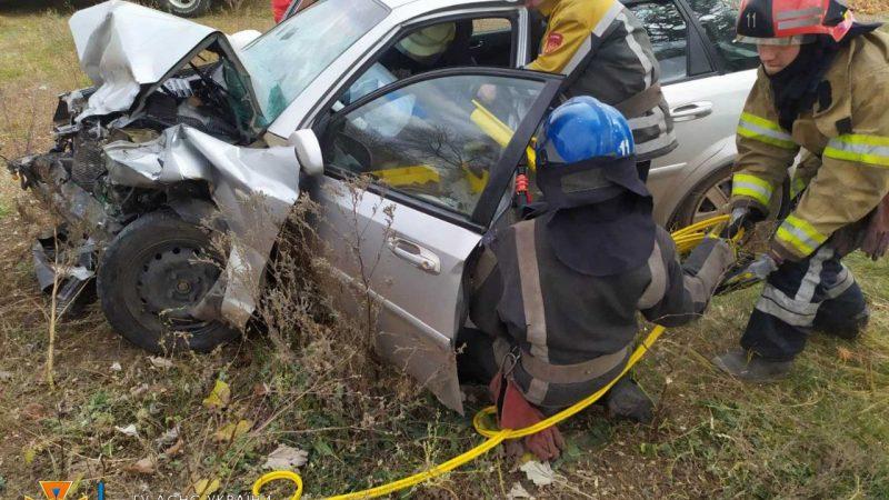 Тіло загиблого водія вирізали з груди металу: під Дніпром 3 авто потрапили в ДТП (Фото)