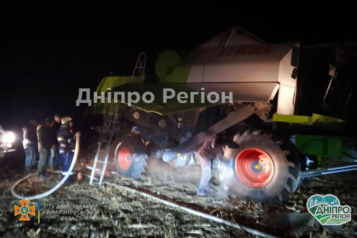 Запалав як сірники: на Дніпропетровщині під час збирання соняшника загорівся комбайн