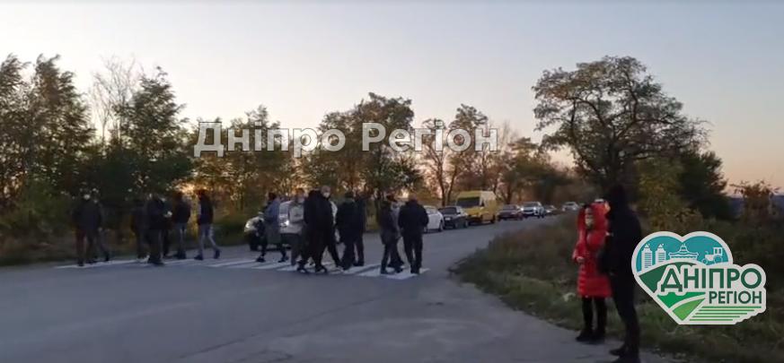 На Дніпропетровщині люди перекрили дорогу через відключення електроенергії