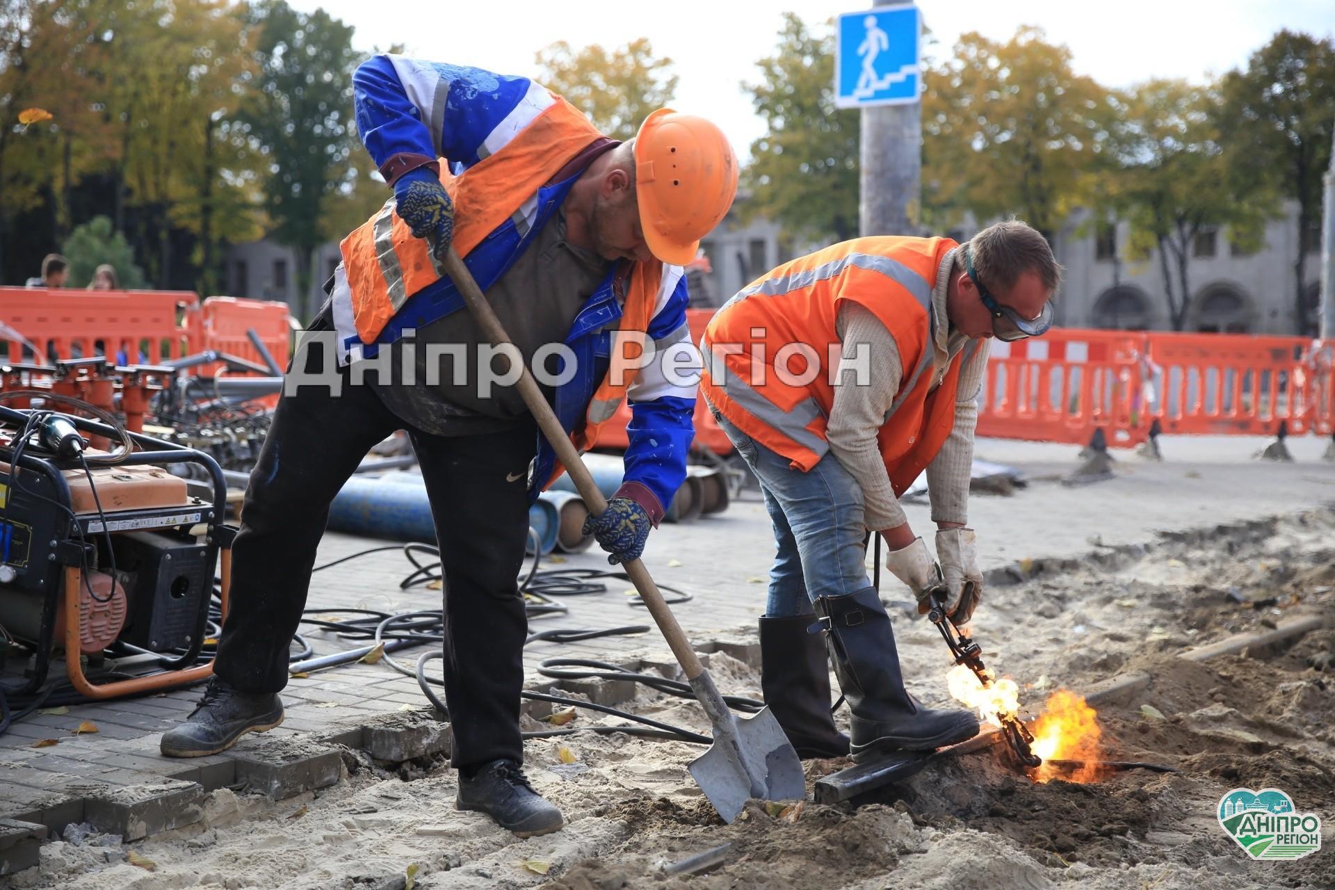 У Дніпрі перекрили верх вулиці Робочої та Криворізької: працюють люди і важка техніка (Фото)