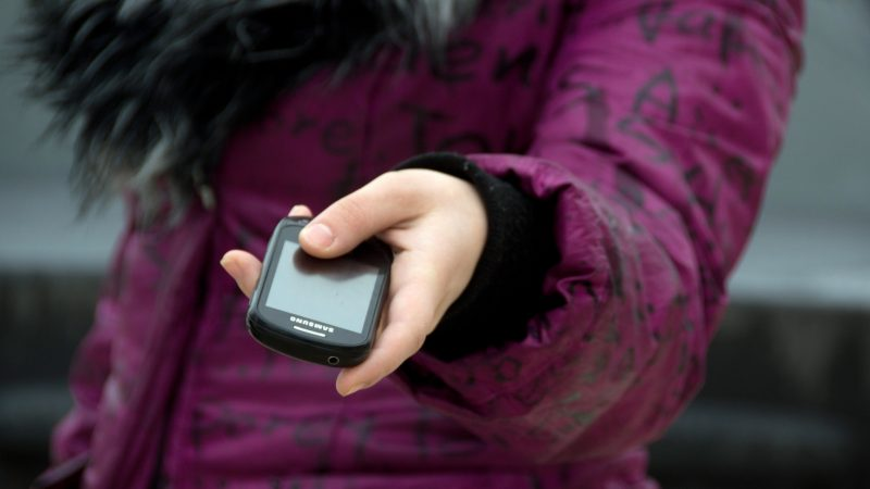 У Дніпрі серед білого дня невідомий чоловік вирвав телефон із рук 10-річної дівчини